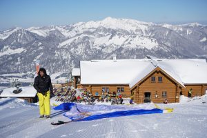 Preparations for tandem paragliding in winter